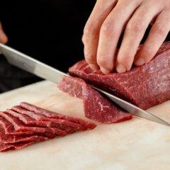 牛肉を包丁でカットしている様子